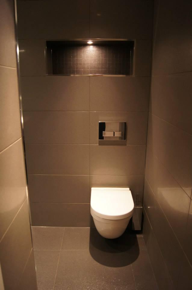 Vegghengt toalett og innebygget flislagt hylle
