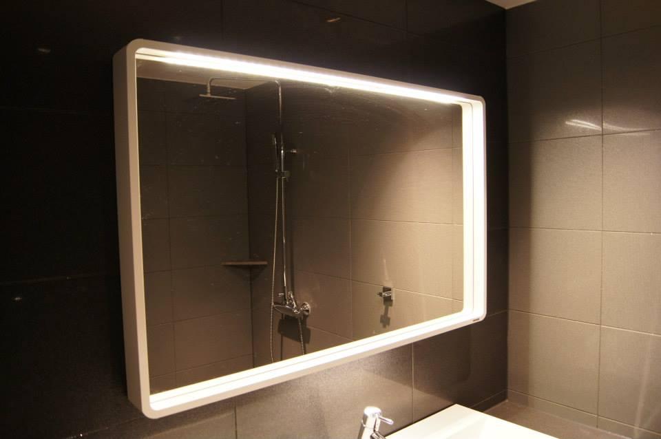 Lekkert stilrent speil
